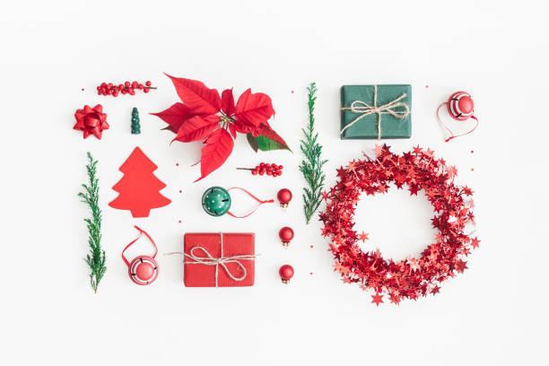 weihnachten weihnachtsstern, tannenzweigen, geschenke, spielwaren. flach legen, top aussicht - weihnachtssterne aus papier stock-fotos und bilder
