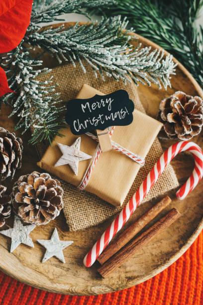 weihnachtsgeschenk - weihnachtssterne aus papier stock-fotos und bilder
