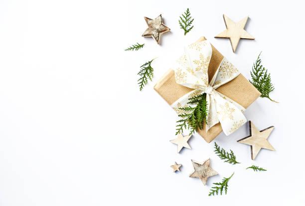 Weihnachtsgeschenk mit rustikalen Dekorationen und immergrünen Zweigen. Flatlay. Kopieren Sie Raum. Weißem Hintergrund – Foto