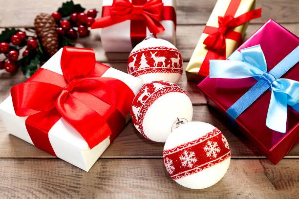 Muérdago y regalos de Navidad - foto de stock