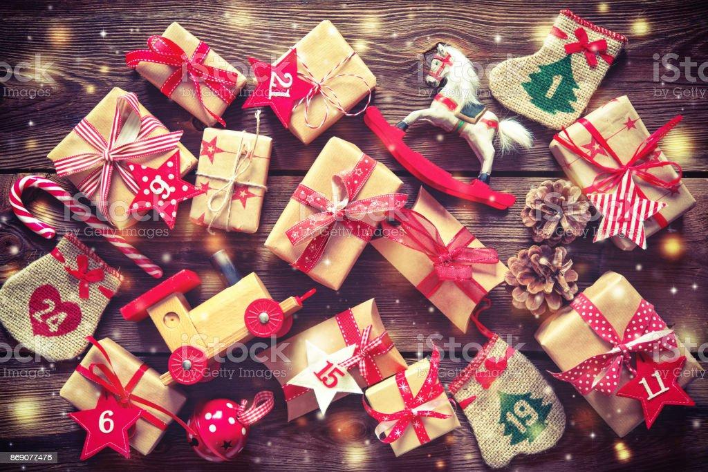 Weihnachtsgeschenke flach lag auf hölzernen Hintergrund – Foto