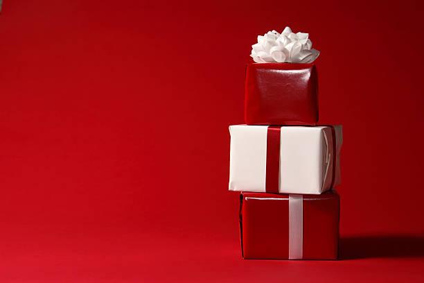 weihnachten geschenke auf rot - günstige weihnachtsgeschenke stock-fotos und bilder