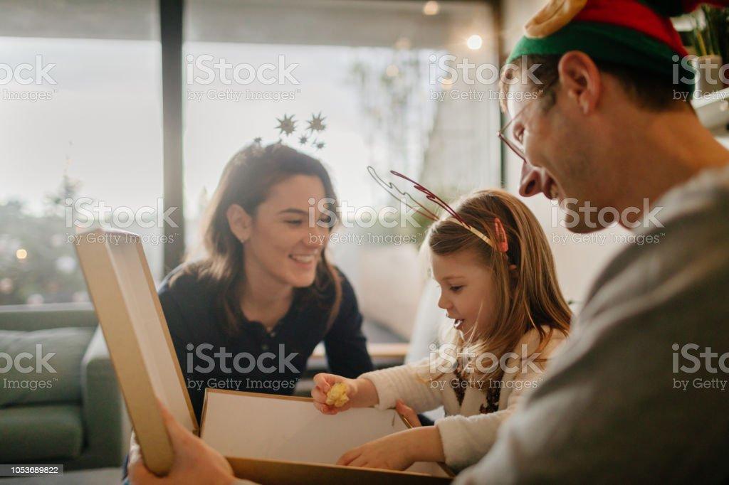 Weihnachtsgeschenke zu öffnen – Foto