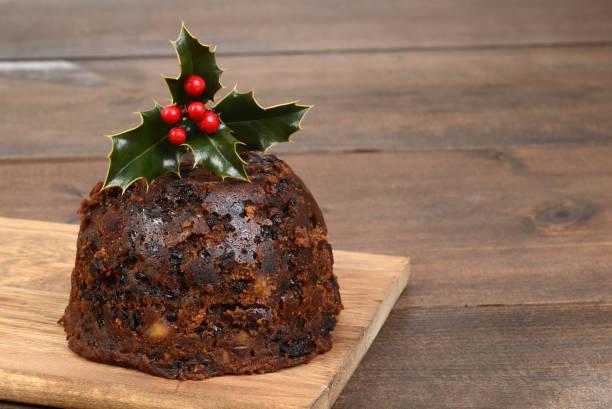 christmas pudding mit holly - apfelweinkuchen stock-fotos und bilder