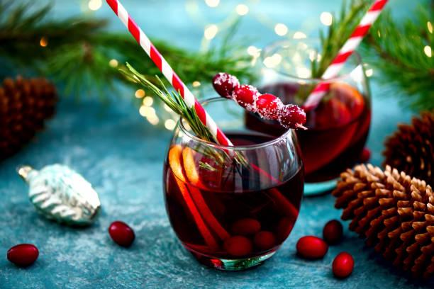 рождественский пунш на зимнем столе - напиток стоковые фото и изображения