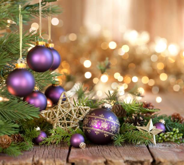 Weihnachten lila Kugeln und Gold Lichter Hintergrund – Foto