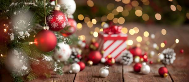 Weihnachten rot und weiß Geschenk und Ornamente Hintergrund – Foto