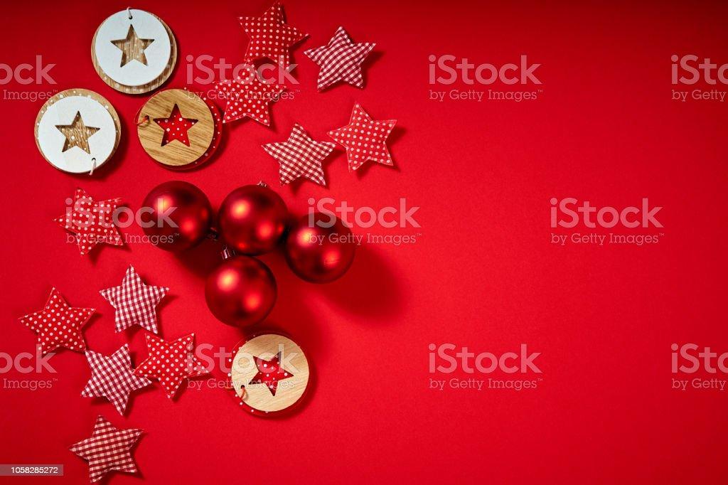 Rote Christbaumkugeln.Rote Christbaumkugeln Und Sternen Auf Rotem Grund Stockfoto