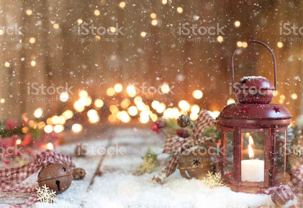 Weihnachten rote Laterne auf einem alten hölzernen Hintergrund – Foto
