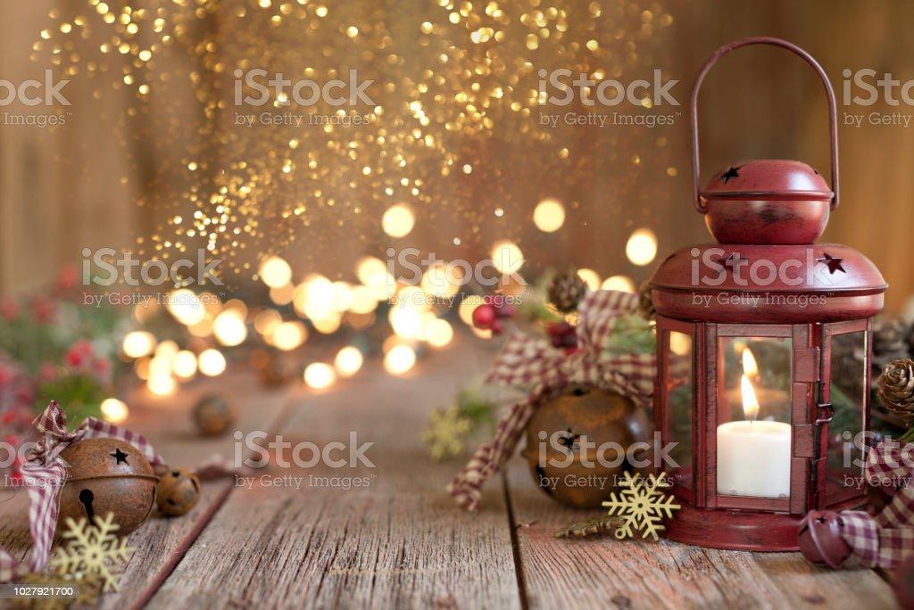 580947984b3 Navidad farolillo rojo sobre un fondo de madera vieja foto de stock libre  de derechos