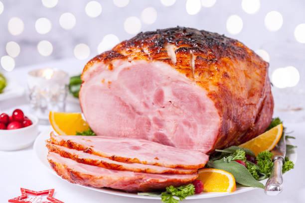 kerst geroosterde geglazuurde vakantie varkensvlees, ham - geglazuurd stockfoto's en -beelden