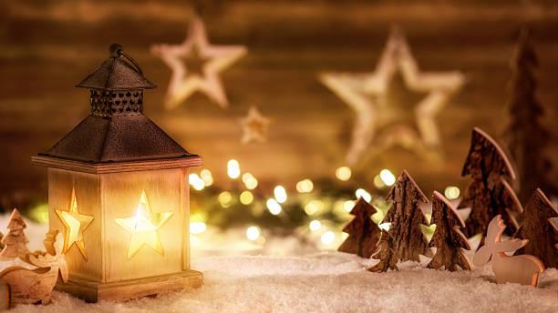 cena de natal com luz de lanternas aconchegantes - luz da vela - fotografias e filmes do acervo