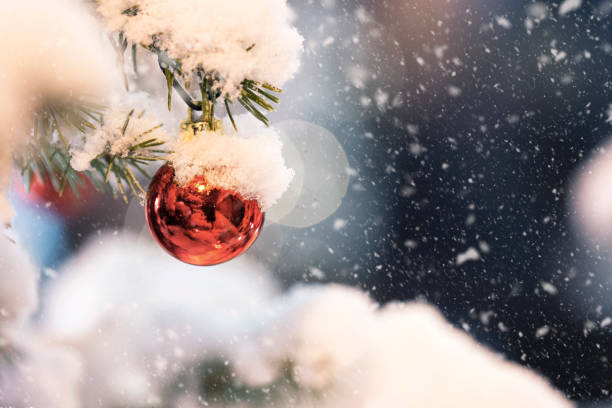 weihnachten-szene - es schneit text stock-fotos und bilder