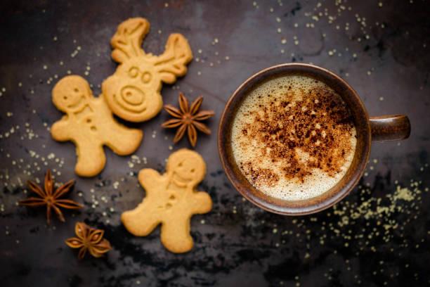 festival kurabiye ve kahve ile noel ayarı - aralık stok fotoğraflar ve resimler