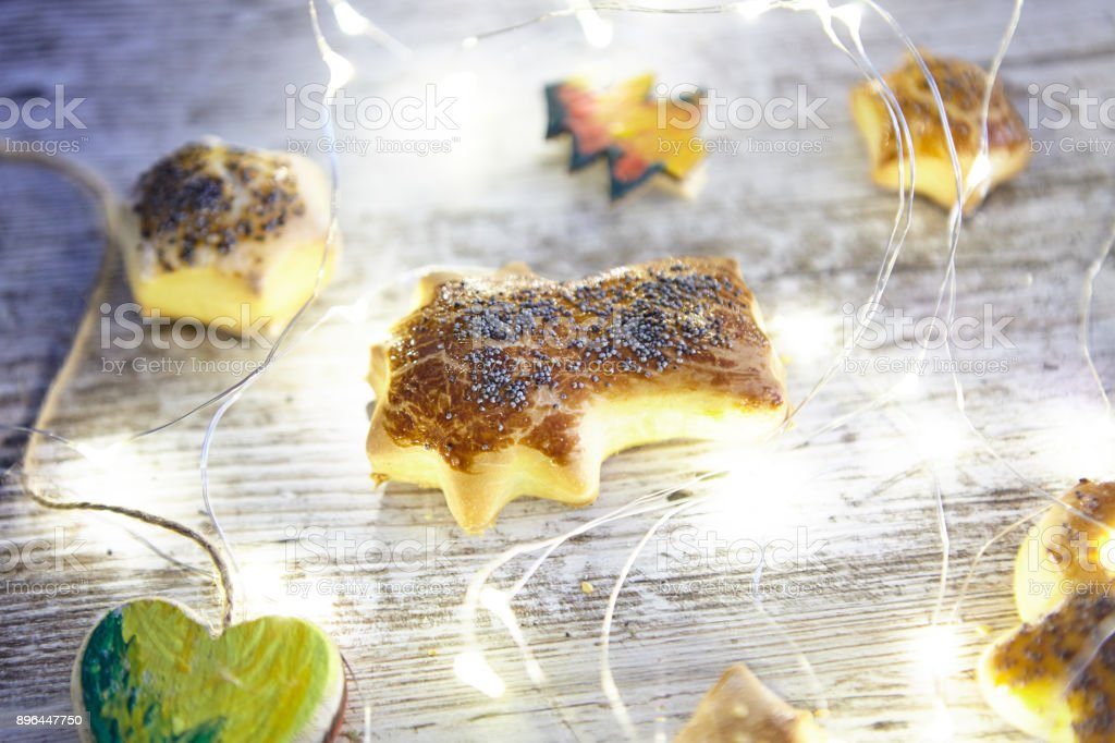 Christmas shapes, stars made with bread and christmas lights - foto stock