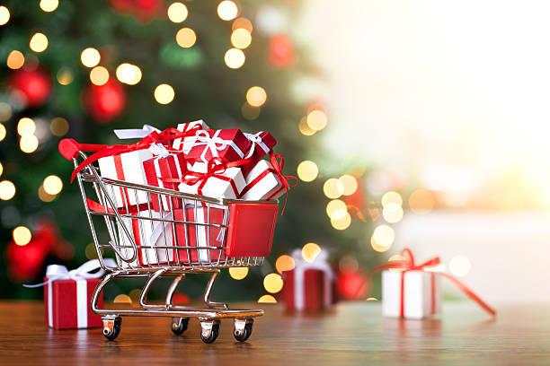 weihnachts-shopping - günstige weihnachtsgeschenke stock-fotos und bilder