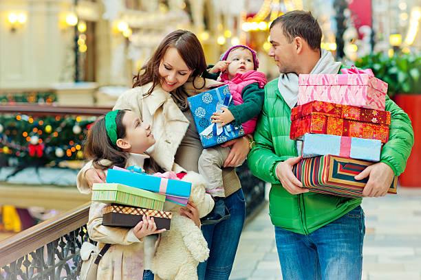 weihnachts-shopping - geschenke eltern weihnachten stock-fotos und bilder