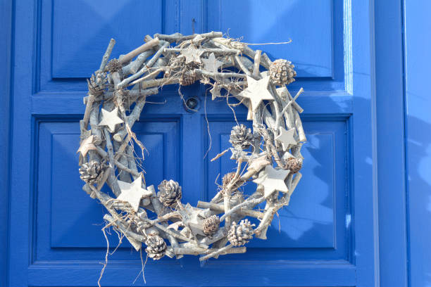 weihnachten silber kranz an die tür hängen. - buchstabentür kränze stock-fotos und bilder