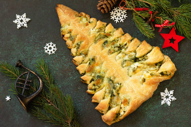 크리스마스 스낵 메뉴입니다. 어두운 탁상 배경에 모짜렐라와 시금치피자 크리스마스 트리. 스톡 사진