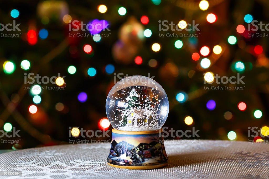 Weihnachten Schnee Globus Vor Weihnachtsbaum Lichter Nahaufnahme ...