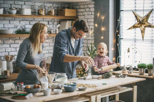 weihnachtsstimmung in der küche - kinderzimmer tischleuchten stock-fotos und bilder