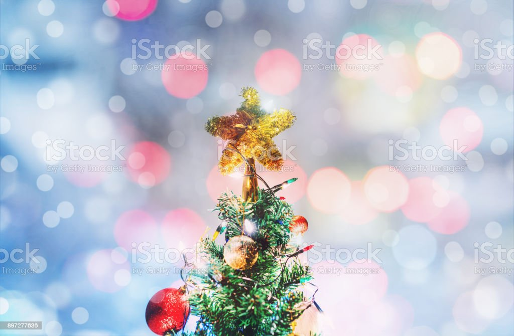 Estrela de Natal, árvore de Natal, luz de fundo Bokeh - foto de acervo