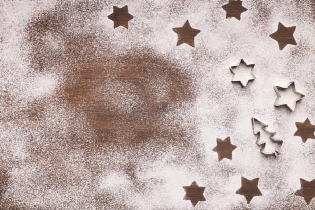 weihnachtssterne auf mehl hintergrund mit textfreiraum. - backrahmen stock-fotos und bilder