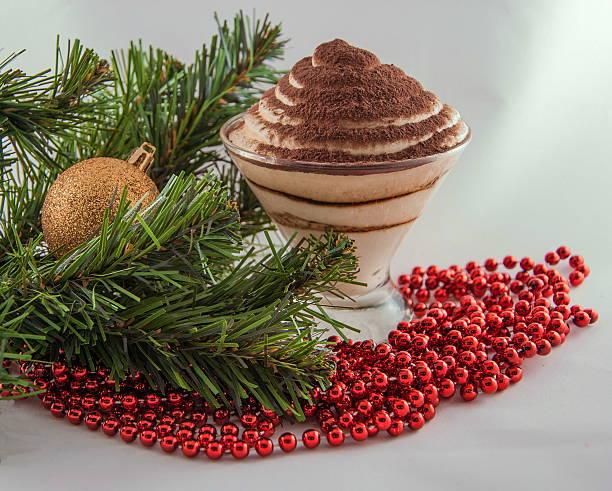 weihnachten stillleben - weihnachtlich tiramisu stock-fotos und bilder