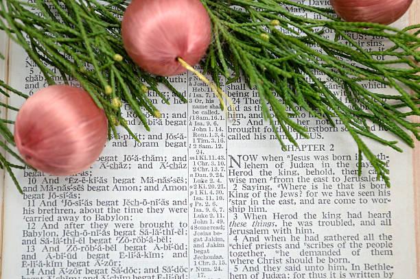 christmas story und grün mit pink ornamenten - adventgeschichte stock-fotos und bilder