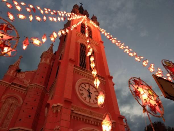 weihnachtsschmuck-straße - weihnachten vietnam stock-fotos und bilder