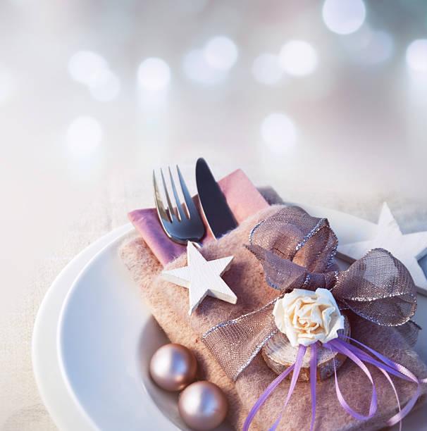 christmas table place setting country house style - gutschein weihnachten stock-fotos und bilder