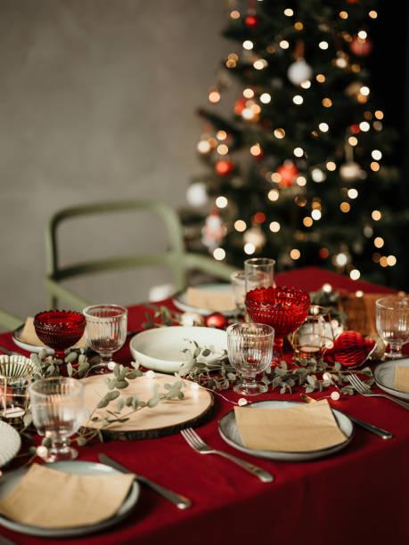 Lugar de mesa de Navidad preparado para la cena - foto de stock