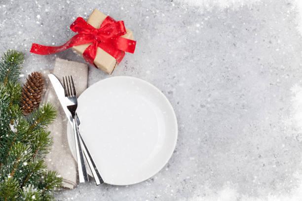 impostazione del tavolo di natale con scatola regalo e albero di natale - pranzo di natale foto e immagini stock
