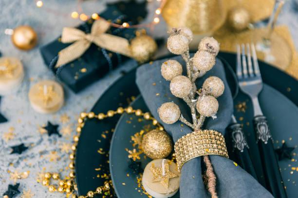 weihnachten tischdekoration mit geschenk - restaurant inneneinrichtung stock-fotos und bilder