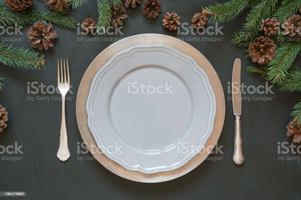 Weihnachten Tischdekoration Mit Besteck Und Dunklen Immergrunen Dekor Ansicht Von Oben Urlaub Mittelstucke Stockfoto Und Mehr Bilder Von Dekoration Istock
