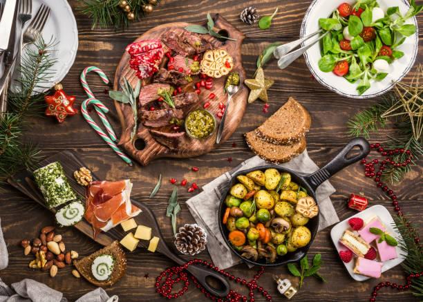 table de dîner sur le thème de noël - diner entre amis photos et images de collection