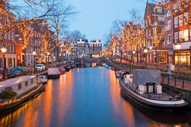 Tiempo de Navidad en Amsterdam Países Bajos al atardecer - foto de stock