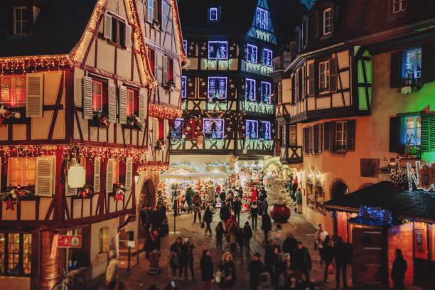 weihnachtszeit in colmar, elsass, frankreich - christkindlmarkt stock-fotos und bilder