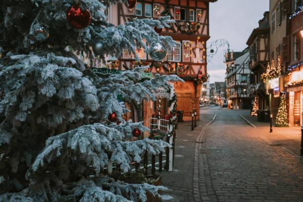 weihnachtszeit in colmar, elsass, frankreich - weihnachtsstadt stock-fotos und bilder