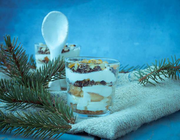 weihnachts-tiramisu mit orangen, mandeln und schokolade tropfen - weihnachtlich tiramisu stock-fotos und bilder