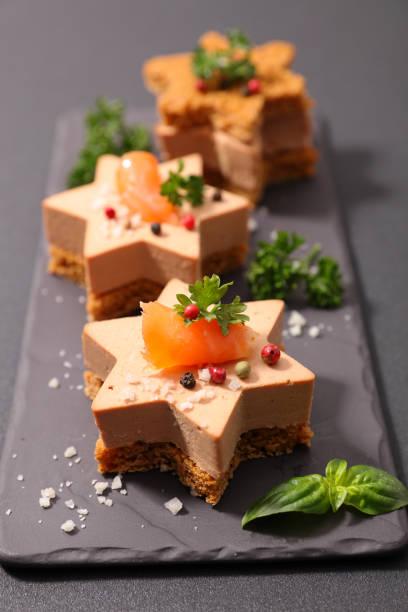 toast de noël au foie gras - foie gras photos et images de collection