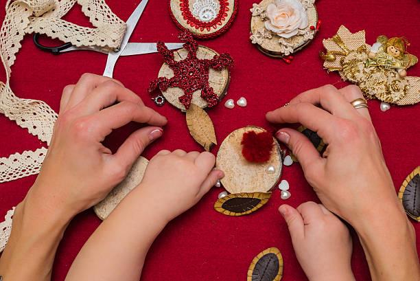 weihnachten spielzeug und dekorationen - winterdeko basteln stock-fotos und bilder