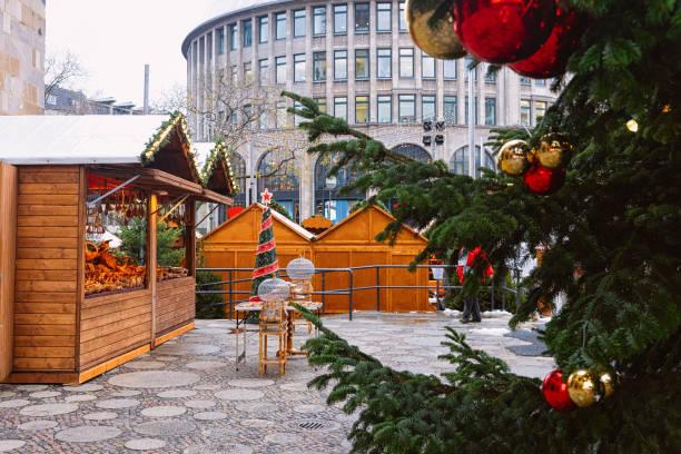 weihnachtsbaum und zähler in weihnachten markt wilhelm denkmal berlin - adventgeschichte stock-fotos und bilder