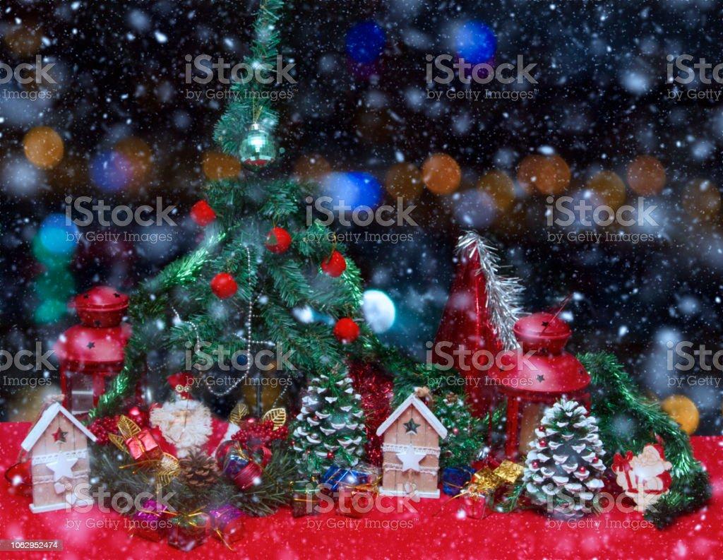 Noel ağacı ve hediyeler arka plan ile kar stok fotoğrafı