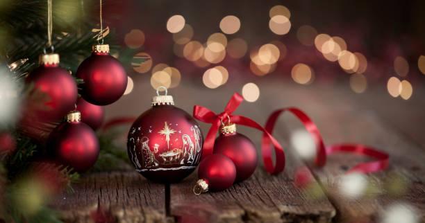 Weihnachtsbaum und Krippe Ornamente auf einem alten Holz Hintergrund – Foto