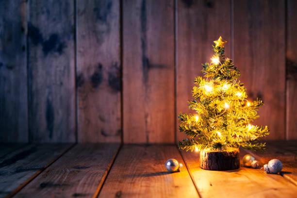 weihnachtsbaum und ornamente auf altem holz - alte weihnachtsbäume stock-fotos und bilder
