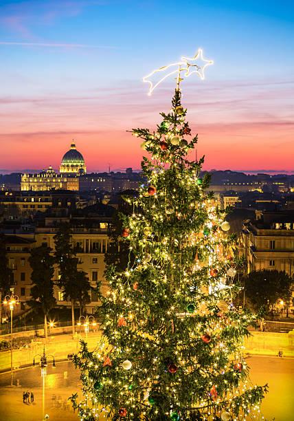 weihnachtsbaum und der piazza del popolo in rom, italien - italienischer weihnachten stock-fotos und bilder