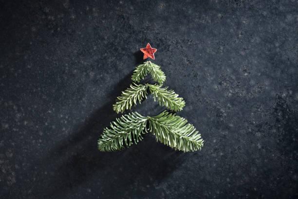 weihnachtsbaum und roten stern auf vintage backplatte - weihnachtsideen stock-fotos und bilder