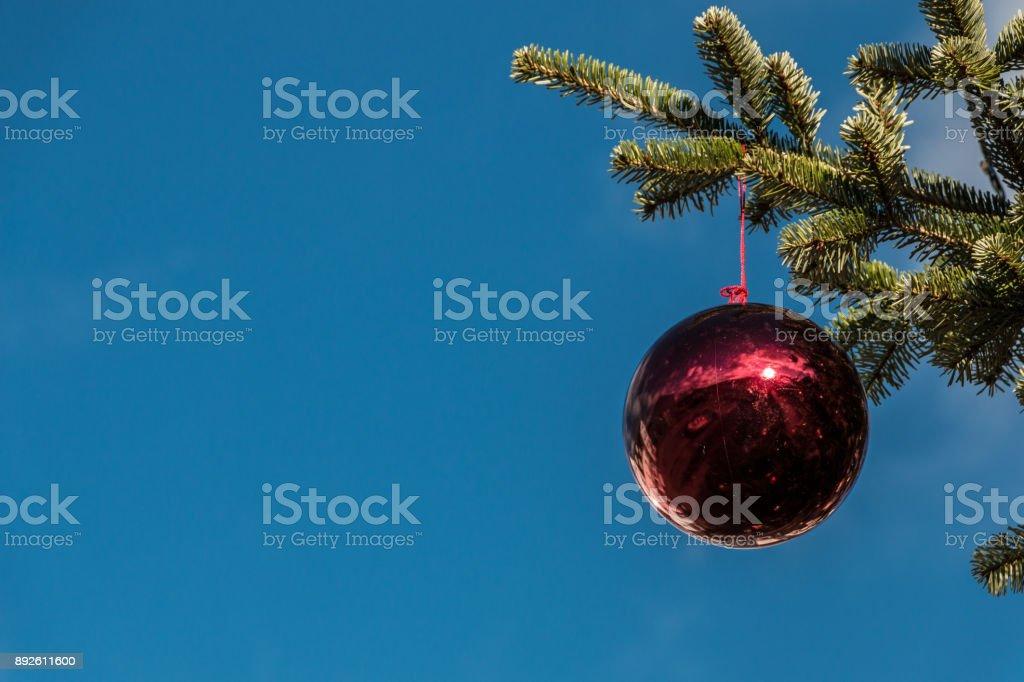 Ein Weihnachtsbaum und glänzende Christbaumkugeln – Foto