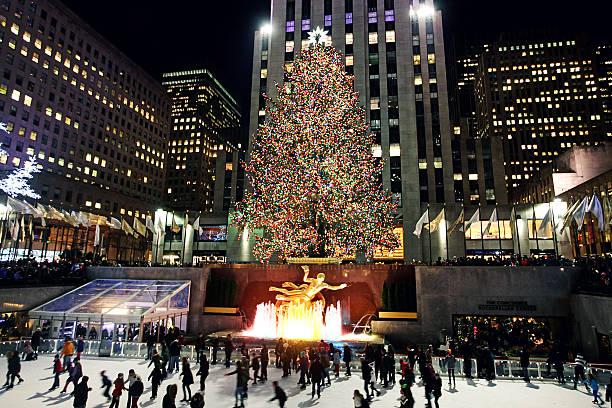 weihnachtsbaum im rockefeller center in new york city - new york new year stock-fotos und bilder